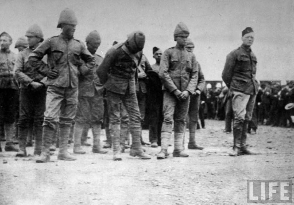 Уинстон Черчилль в плену у буров (крайний справа).